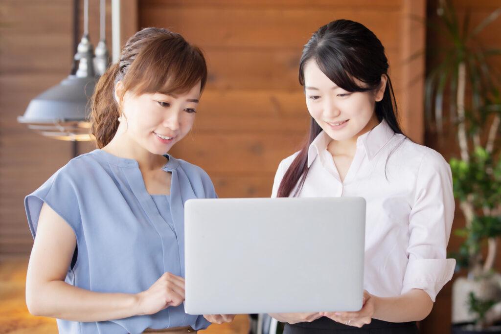 パソコン女性2人